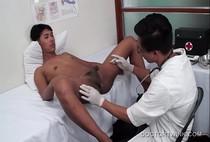 หนังเกย์18+ หนุ่มหล่อทำงานบาร์เกย์ไปหาหมอแต่โดนหมอจับอมควยเลียรูตูดต่อด้วยทะลวงตูดจนต้องยอม