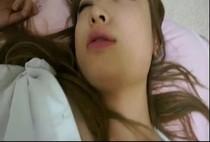 หนังโป๊japanese แอบลักหลับน้องสาวเพื่อนขาวหมวยสวยเนียนไม่รู้ไปอดนอนมาจากไหนโดนเย็ดยังไม่ตื่น